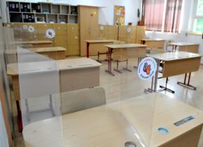 Școala 194 cu plexiglas în clase,pandemie, COVID-19, coronavirus, elevi
