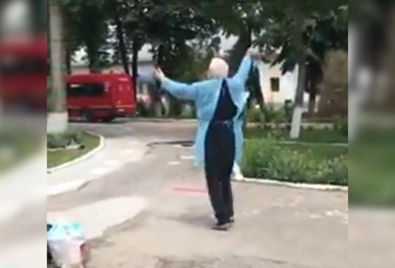 Pacient vindecat de COVID-19 dansează în curtea spitalului