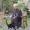 Pisică în sutana preotului