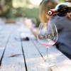 Vin turnat în pahar pe o terasă de vară, băutură, relaxare, alcool