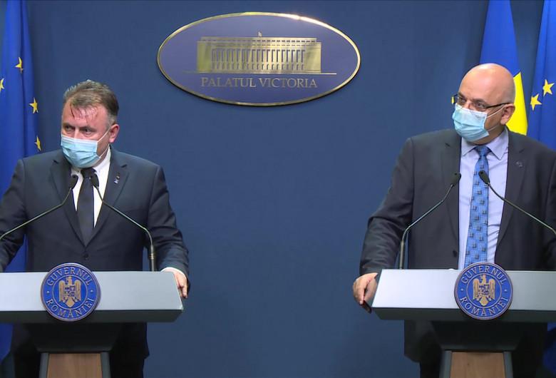 Nelu Tătaru și Raed Arafat, cu mască, la Guvern
