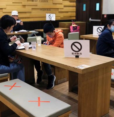 Restaurant cu distanțare socială de COVID-19 în Hong Kong