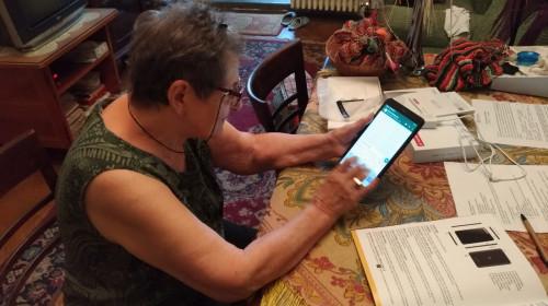 Bătrână, vârstnică, babă folosește o tabletă, tehnologie, IT, gadget, online, internet, pensionară