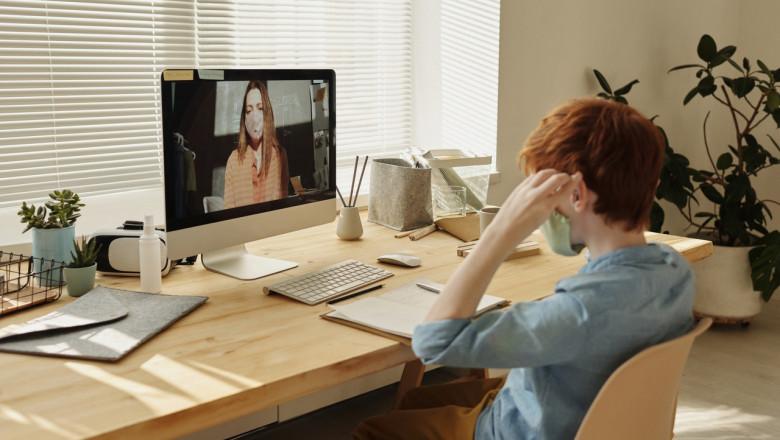 Copil în fața calculatorului cu profesor,teleșcoală,școală online, educație, elev, dascăl