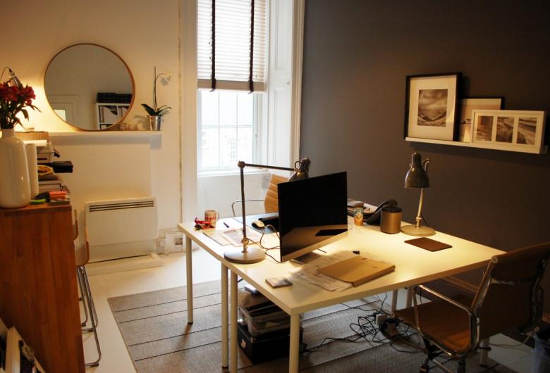 Cameră dintr-o casă, apartament, locuință, birou acasă, domiciliu, înghesuit