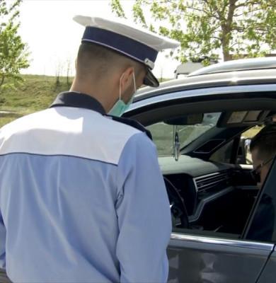 Polițist verifică un șofer, auto, Poliția Rutieră, verificări, controale ale forțelor de ordine
