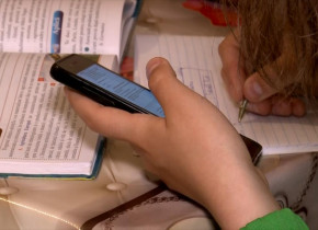Teleșcoală, elevă care face lecții acasă, cu telefonul mobil, școală online, elevi, cursuri