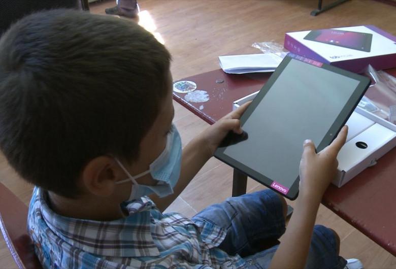 Elev cu tabletă și mască, școală, educație, învățământ, teleșcoală