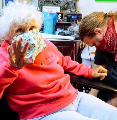 O femeie în vârstă de 103 ani din SUA s-a tatuat pentru prima dată. Ce model a ales