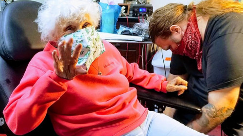 Femeie de 103 ani își face tatuaj
