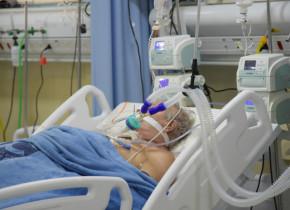 Pacient cu COVID-19, coronavirus, SARS-CoV-2, în spital, ventilat mecanic, Terapie Intensivă, ATI