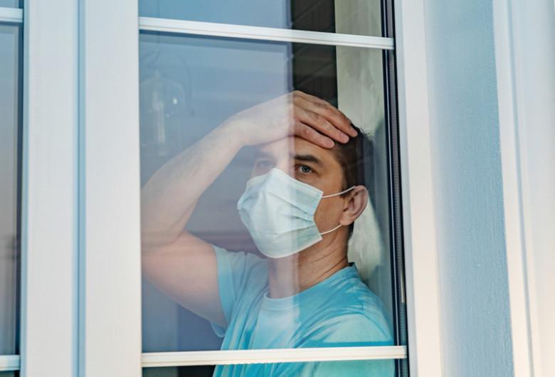 Bărbat deprimat, trist, cu mască de coronavirus, COVID-19, carantină, izolare, pandemie, probleme psihice