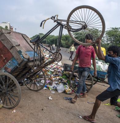 Bărbați caută în gunoaie în India