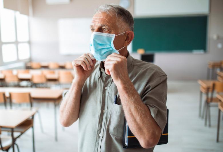 Profesor, dascăl, cadru didactic, bătrân cu mască, educație, elevi, școală, coronavirus, COVID-19, învățământ