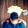 Bărbat sărac, cu datorii, faliment, rate restante, rău-platnic, credite, fără bani