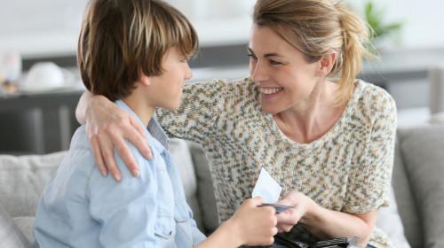 Alocații pentru copii, bani, mamă îi dă bani copilului, împrumut, bani de buzunar, indemnizație de creștere a copilului