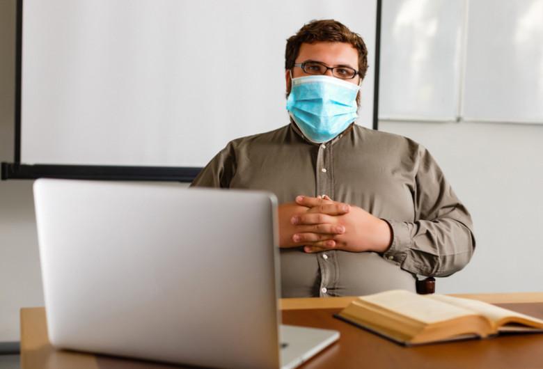 Profesor, dascăl cu mască și mâinile în sân, nemulțumit, educație, elevi, clasă, școală