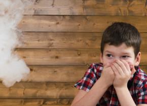 Copil cu fum de țigară în față, boli pulmonare, tutun, fumat