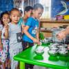 Copii chinezi așteaptă să primească mâncare, săraci, masă, foame
