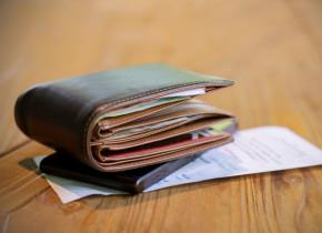 Portofel cu bani de salariu sau pensie, venituri, bancnote, fluturaș de leafă