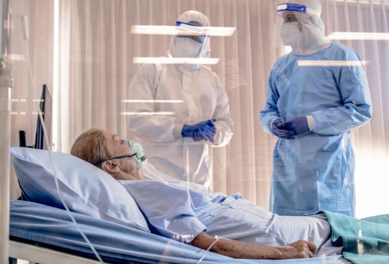 Pacientă bătrână de coronavirus, COVID-19, SARS-CoV-2 cu medici, doctori în spital, pe targă, pacientă, ATI, tratament, bolnavă