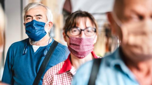 Oameni pe stradă cu mască de coronavirus, COVID-19