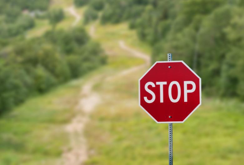 Drum de pădure închis, restricții de drumeție, blocat, oprit, STOP