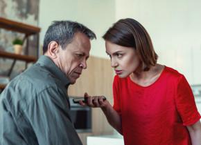 Femeie îl ceartă pe bărbat, hărțuire, denigrare, scandal, tensiuni maritale, căsătoriți, nervi