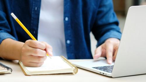 Școala online, laptop, student, scris, învățat, educație, teleșcoală