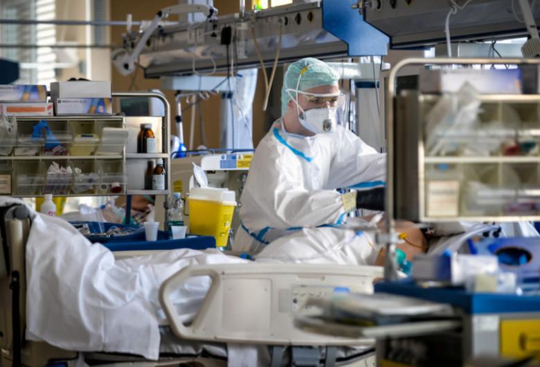 Pacient pe targă de spital în Italia, la terapie intensivă din cauza COVID-19, coronavirus, SARS-CoV-2