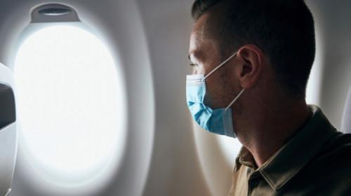 Pasager cu mască într-un avion, cursă aeriană, trafic aerian, călătorie, concediu, destinație, vacanță, turism
