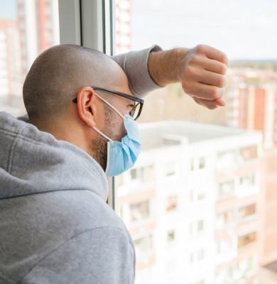 Bărbat cu mască în autoizolare sau carantină de coronavirus, COVID-19, SARS-CoV-2