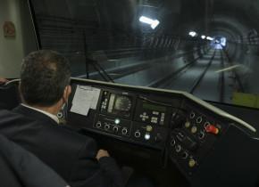 Mecanic de tren în cabină de metrou, în tunel, transport subteran, cale ferată, Metrorex, conductor