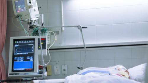 Pacient la Terapie Intensivă, în spital cu monitoare, ventilat mecanic, intubat