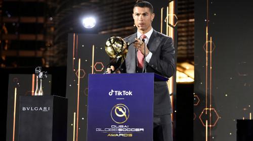 Cristiano Ronaldo ia trofeul Globe Soccer Awards 2020