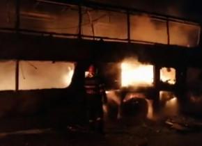 Un autocar cu 44 de pasageri a luat foc pe A1, aproape de Sibiu/ Sursa: ISU Sibiu