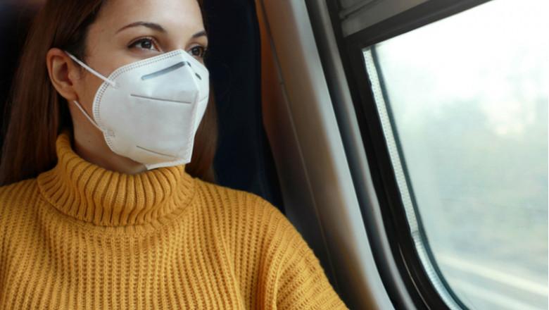Studentă, tânără femeie în tren, la geam, CFR, feroviar, transport, navetă