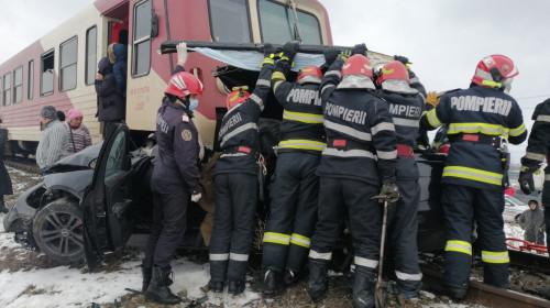 Tren a lovit o mașină