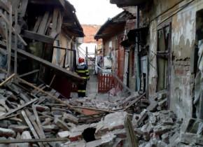 Explozie la un imobil din Timiș, dărâmături, pompieri