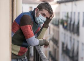 Carantină, izolare, restricții de coronavirus, COVID-19, SARS-CoV-2 în Italia, Lombardia, balcon cu mască trist, frustrat
