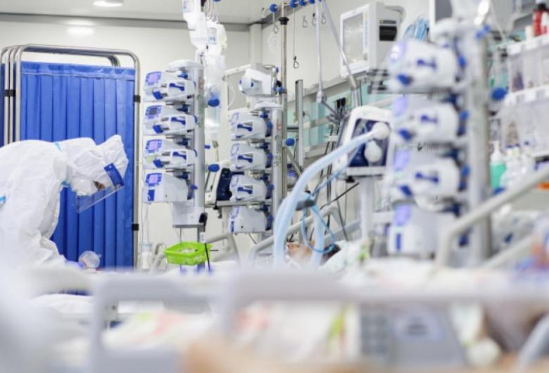 Cadru medical cu pacient COVID-19 în combinezon, spital, coronavirus, ATI, intubat