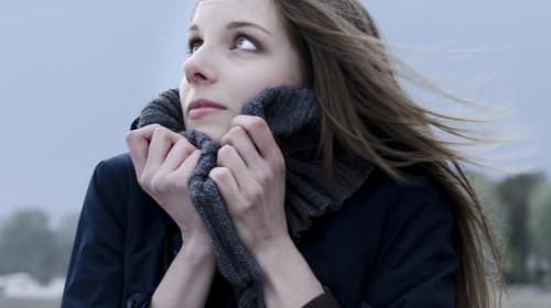 Femeie înfrigurată, vreme rece, frig, haine groase