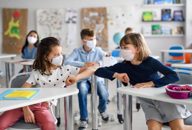 Elevi la școală în clase unde se fac cursuri cu mască de coronavirus, COVID-19, educație, învățământ