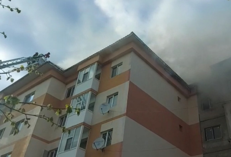 Incendiu la un acoperiș de bloc din Giurgiu