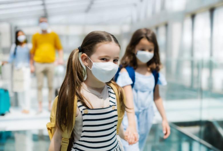Eleve, elevi cu mască de coronavirus COVID-19, în vacanță, educație, școală, învățământ, relaxare