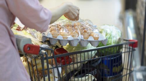 Cumpărături de ouă și alte produse alimentare în supermarket, hypermarket de comerț, shopping, mâncare