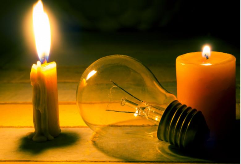 Fără curent electric, beznă, pană de electricitate, lumânări, bec stins, fără lumină