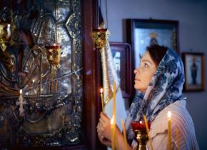 Femeie în biserică ortodoxă, rugăciune, religie, BOR, creștinism, lumânări, credință