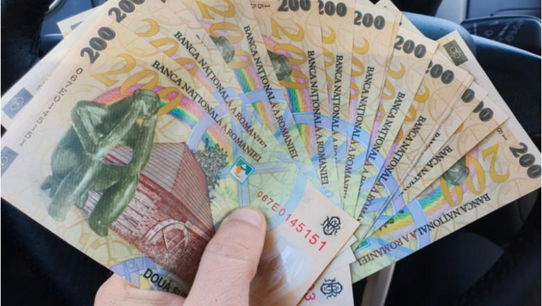 Bani în mașină, auto, șofer, curier, plată