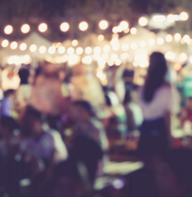Petrecere cu mulți oameni, distracție, local, pub, ieșire noaptea neclar